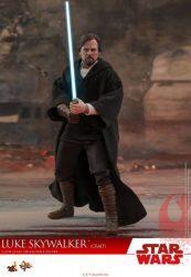 Hot Toys TLJ Luke Skywalker Crait 02