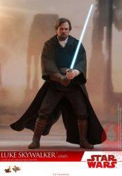 Hot Toys TLJ Luke Skywalker Crait 04